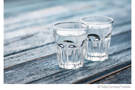 Zwei Gläser gefüllt mit Leitungswasser. Die Qualität von Trinkwasser lässt sich durch eine Wasseranalyse feststellen.
